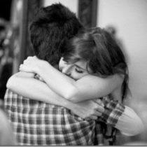Eu amo os abraços que me fazem fechar os Olhos